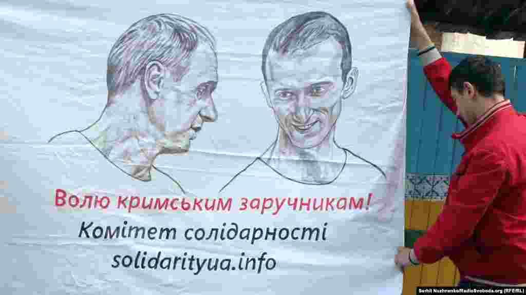 Kyivde Rusiyede mahküm etilgen Qırımnıñ siyasiy mabüsi Aleksandr Kolçenkoğa qoltutuv aktsiyası, 2017 senesi iyünniñ 15-i