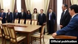 Өкмөт башчынын милдетин аткаруучу Темир Сариев, мурдагы премьер министр Жоомарт Оторбаев жана өкмөт мүчөлөрү. 30-апрель, 2015-жыл