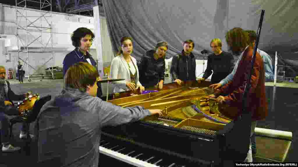 Репетиція «Опери-реквієму «Йов» для препарованого роялю, віолончелі, ударних та голосів». Музиканти грають на клавішах та струнах роялю
