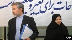 رضا خاتمی در کنار همسرش، زهرا اشراقی