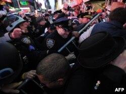 Удзельнікі пратэсту ў Нью-Ёрку спрабуюць прарвацца праз паліцэйскі кардон