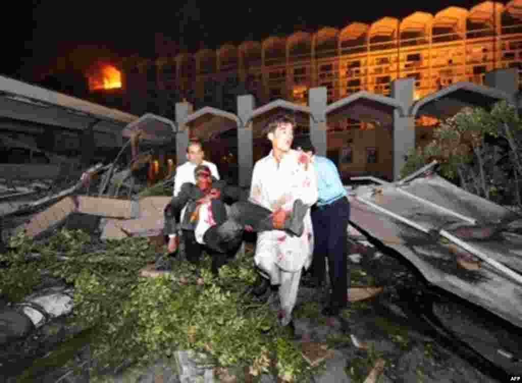 Добровольцы выносят тело жертвы теракта из отеля Марриотт, 20 сентября.
