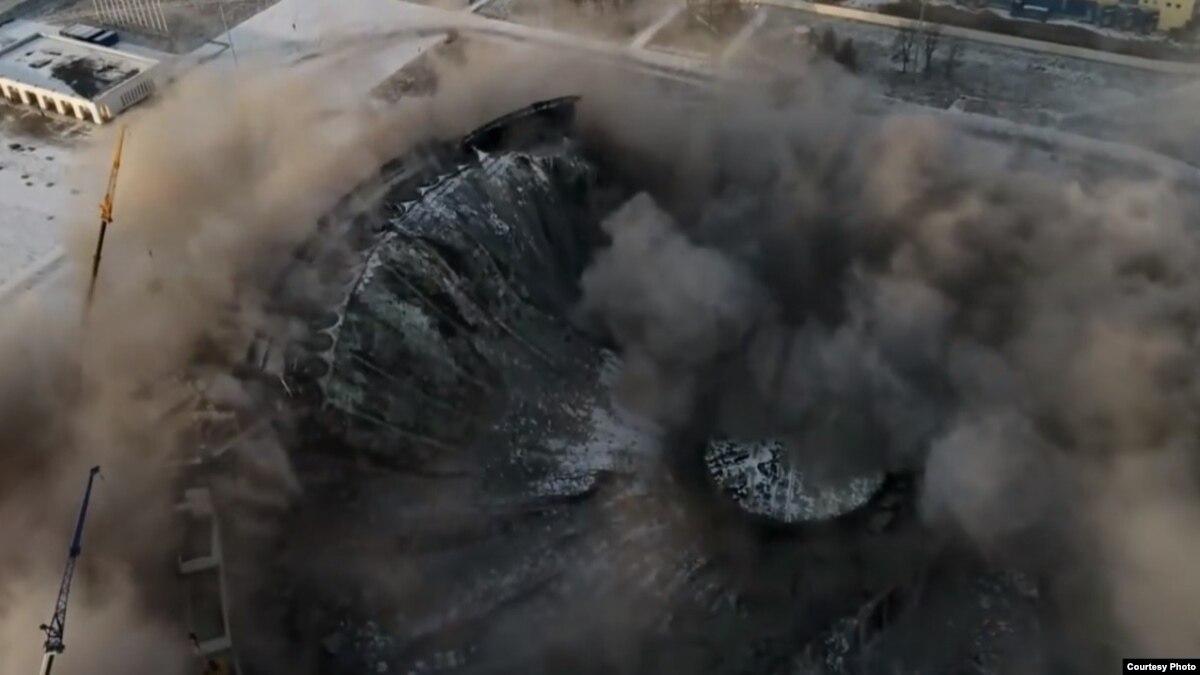 Россия: в Петербурге во время демонтажа обрушилась крыша спорткомплекса, под завалами ищут людей