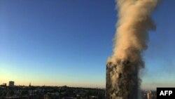 Flakët dhe tymi në kullën në perëndim të Londrës