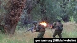 Militari ruşi din grupul operativ ce staționează în stânga Nistrului în timpul unor exerciții militare. 3 august 2016