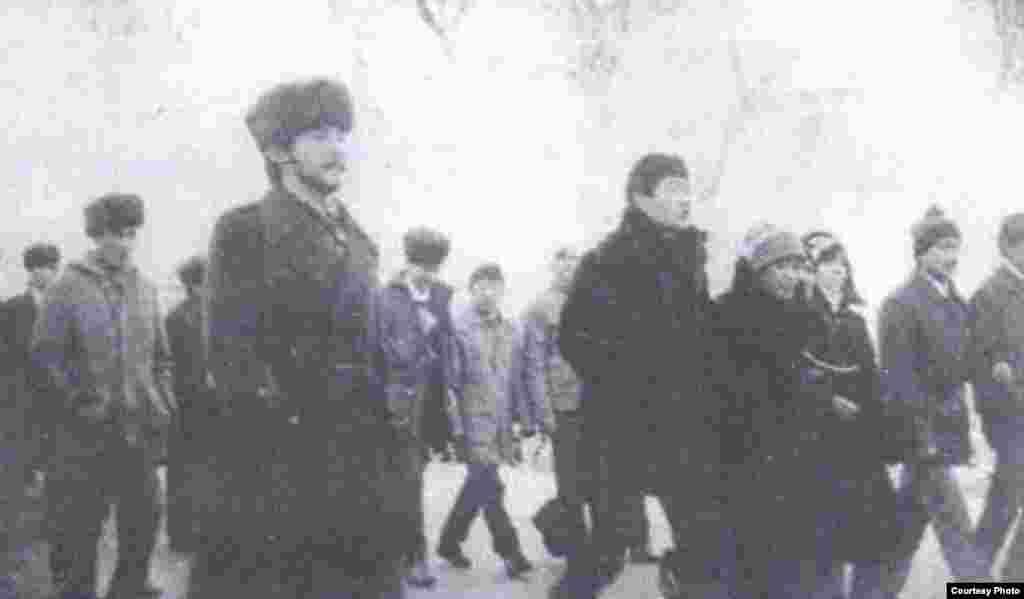 Казахская молодежь, идущая на площадь выразить несогласие с политикой Кремля. Фото из книги Болатбека Толепбергена «Неизвестный Желтоксан».