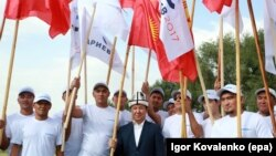 Темир Сариев (в центре), кандидат в президенты Кыргызстана от партии «Ак Шумкар», на встрече с жителями села Кун-Туу близ Бишкека. 11 сентября 2017 года.
