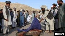 Місцеві жителі на місці загибелі дітей у провінції Герат, Афганістан, 24 серпня 2015 року