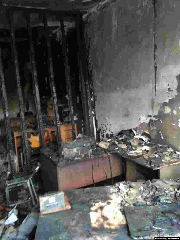 """""""В руках у одного была канистра, они попытались сломать камеру наблюдения, что частично удалось. Они выбили окно, проникли в помещение. В помещении сильно повреждены 3 из 6 комнат, обнаружена расплавленная бутылка – из нее, видимо, разбрызгивали содержимое канистры"""", - рассказал Орлов """"Кавказ.Реалии""""."""
