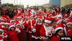 مجموعة من الأطفال المسيحيين في مدينة أربيل يحتفلون بأعياد الميلاد