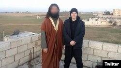 Armin Čurt (desno) navodno u Alepu, 2016. godine. Fotografija je podijeljena na Twitteru.