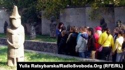 Скіфські «баби» біля Дніпропетровського історичного музею, 19 березня 2013 року