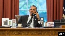 الرئيس الأميركي باراك أوباما يتحدث في مكتبه بالبيت الأبيض مع الرئيس الإيراني حسن روحاني