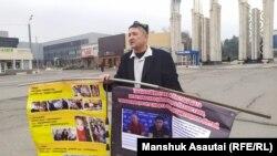 Житель Алматы Марат Курбанов проводит пикет с призывом к властям Казахстана найти пропавших в китайском регионе Синьцзян родственников, о судьбе которых несколько лет нет вестей. Алматы, 13 декабря 2019 года.