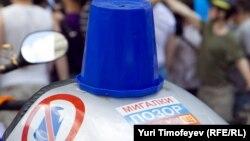 Активісти руху «Сині відерця» влаштували показову демонстрацію в знак протесту проти надання вищим посадовим особам привілеїв на дорозі, Москва, 3 липня 2012 року