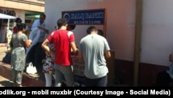 Очередь перед кассой Халк банка в Узбекистане.
