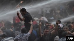 Poliţia armeană, folosind tunuri de apă împotriva manifestanţilor de la Erevan, 23 iunie 2015