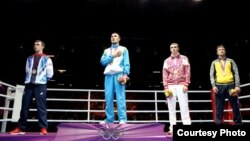 Бокстан олимпиада чемпионы Серік Сәпиев (сол жақтан екінші). Лондон, 12 тамыз 2012 жыл. Сурет Facebook әлеуметтік желісінен алынды.