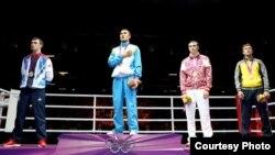 Бокстан олимпиада чемпионы Серік Сәпиев (солдан санағанда екінші). Лондон, 12 тамыз 2012 жыл. Сурет Facebook әлеуметтік желісінен алынды.