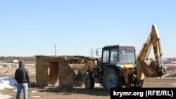 Aqmescit rayonı Dubki qasabasında inşaatlarnı yıqalar