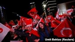Ankarada AKP tərəfdarları. 16 aprel 2017
