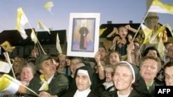 Grupa časnih sestara maše zastavama Vatikana i drži sliku kardinala Alojzija Stepinca ispred katedrale u Zagrebu, 1998. godine