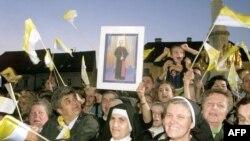 Časne sestre mašu zastavicama Vatikana i drže sliku na kojoj je Alojzije Stepinac, Zagreb, oktobar 1998.