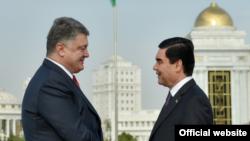 Türkmenistanyň we Ukrainanyň prezidentleri G.Berdimuhamedow (s) we P.Poroşenko (ç), Aşgabat