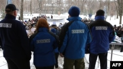 Наблюдатели ОБСЕ смотрят на протестующих в Донецке. Архивное фото, 15 февраля 2017 года.