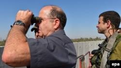 Міністр оборони Ізраїлю у 2012-2016 роках Моше Яалон (ліворуч) та ізраїльський військовослужбовець, липень 2014 року