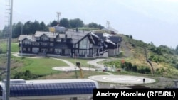 """""""Лунная Поляна"""". Основное здание, где, как утверждается, живет Владимир Путин, когда посещает курорт"""