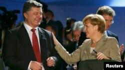 Пятро Парашэнка і Ангела Мэркель на саміце НАТО