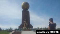 31 августа президент Шавкат Мирзияев посетил площадь Мустакиллик и возложил цветы к монументу Независимости.