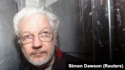 Džulijan Asanž (Julian Assange) napušta Westminster Magistrates Court u Londonu, 13. januar 2020.