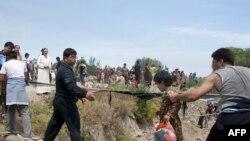 Etniki özbekler gyrgyz-özbek serhedinden Özbegistan tarapyna geçýärler, 12-nji iýun, 2010-njy ýyl.