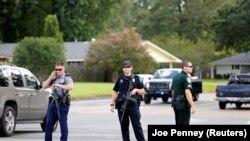 Полицейские блокировали одну из дорог после нападения в Батон-Руж (Луизиана, 17 июля 2016 года)