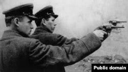 Ату жазасын орындап тұрған НКВД қызметкерлері.