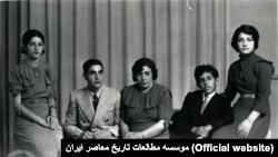 از راست: اشرف پهلوی، علیرضا پهلوی، تاجالملوک آیرملو (ملکه مادر)، محمدرضا شاه و شمس پهلوی