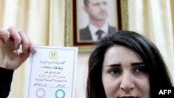 یکی از شرکتکنندگان در رأیگیری برای قانون اساسی جدید سوریه- هفتم اسفندماه