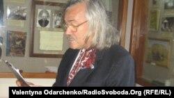 Актор Олексій Заворотній читає вірші Валер'яна Поліщука.