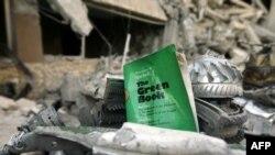 Primerak Gadafijeve Zelene knjige usred ruševina nakon bombardovanja koalicionih snaga, Tripoli
