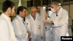 Президент Ирана Махмуд Ахмадинежад на церемонии загрузки топлива в Тегеранский исследовательский реактор