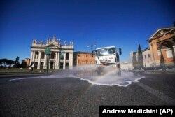 Дезінфекція асфальту на зазвичай багатолюдній площі Сан-Джованні-ін-Латерано, Рим, 25 березня 2020 року