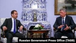 Тогда еще кандидат на пост президента Юрий Бойко на встрече с премьер-министром России Дмитрием Медведевым в Москве. 22 марта 2019 года