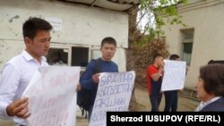 """Айрым жаштар """"Бир дүйнө-Кыргызстан"""" уюмуна каршы пикетте. Ош шаары, 30-апрель, 2015-жыл"""
