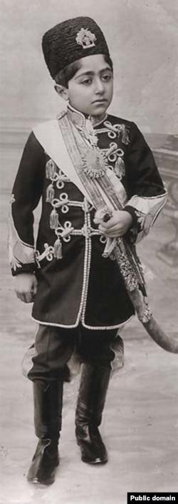 احمد شاه قاجار در سن ۱۳ سالگی به سلطنت رسید.