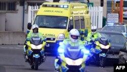 Малалу Юсафзай у супроводі поліції й дипломатів перевозять із летовища до лікарні в Бірмінгема 15 жовтня 2012 року