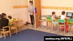 """Дети с особыми потребностями играют в центре развития """"Капитошка"""". Темиртау, 26 марта 2015 года."""