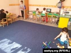 """Теміртаудағы """"Капитошка"""" инклюзивтік орталығында ойнап отырған балалар."""