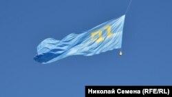 Кримськотатарський прапор у центрі Києва, архівне фото